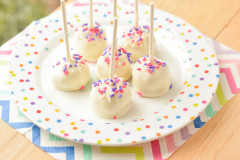 Strawberry Cheesecake Pops {Macaroni and Cheesecake}
